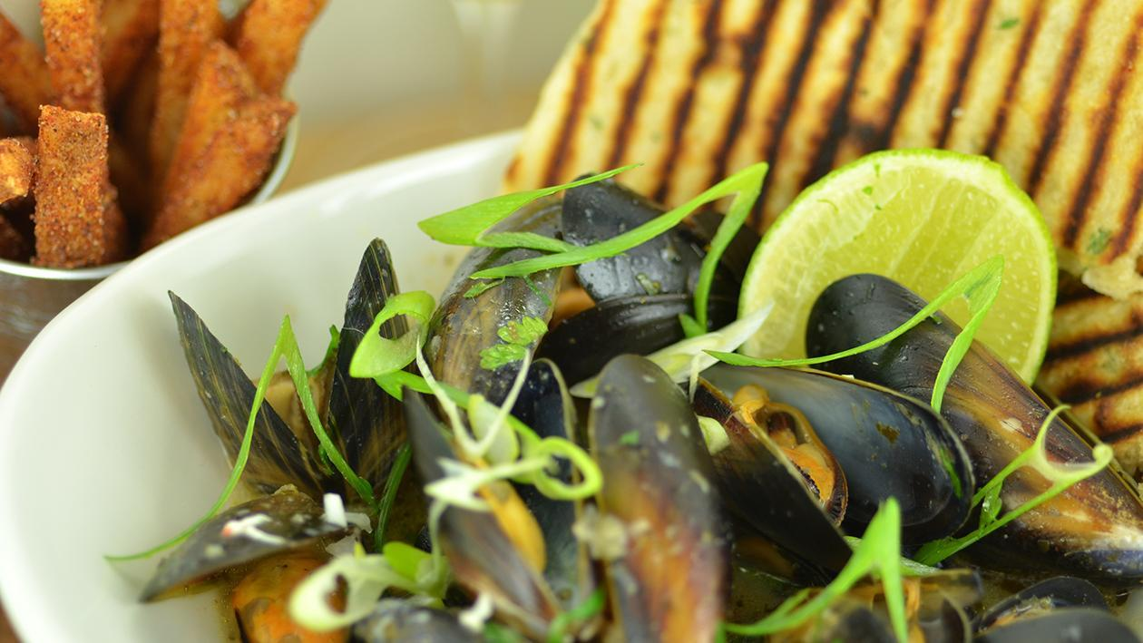 Thai style mussels with flatbreads (variation)