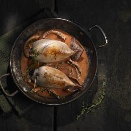 Calamares rellenos con salsa de pimientos