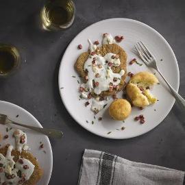 Milanesa con salsa de queso azul con bombas de papa