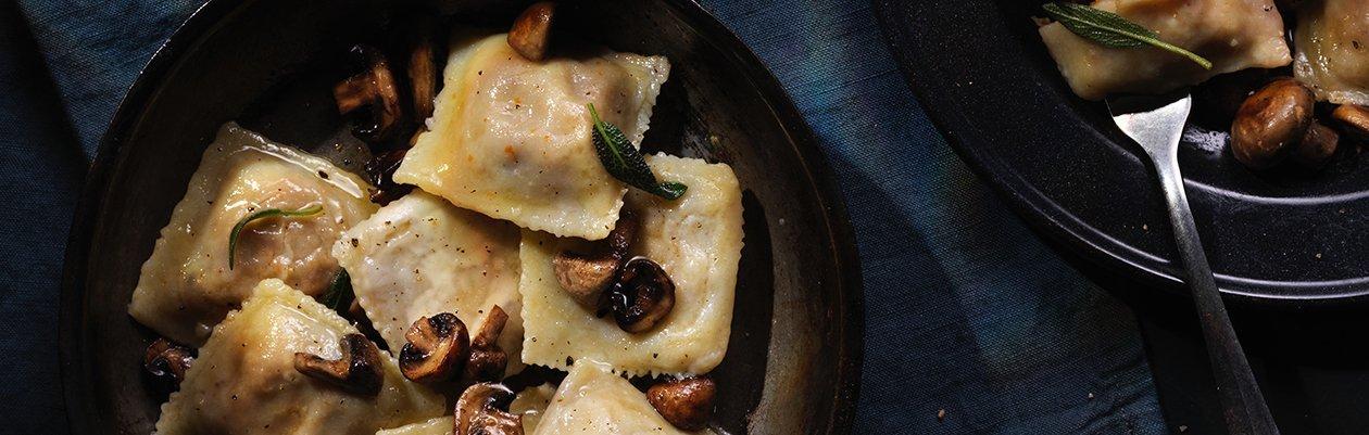 Ravioles de cerdo braseado salteado en manteca, salvia y hongos