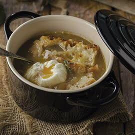 Sopa de cebolla estilo Knorr con huevo pochado