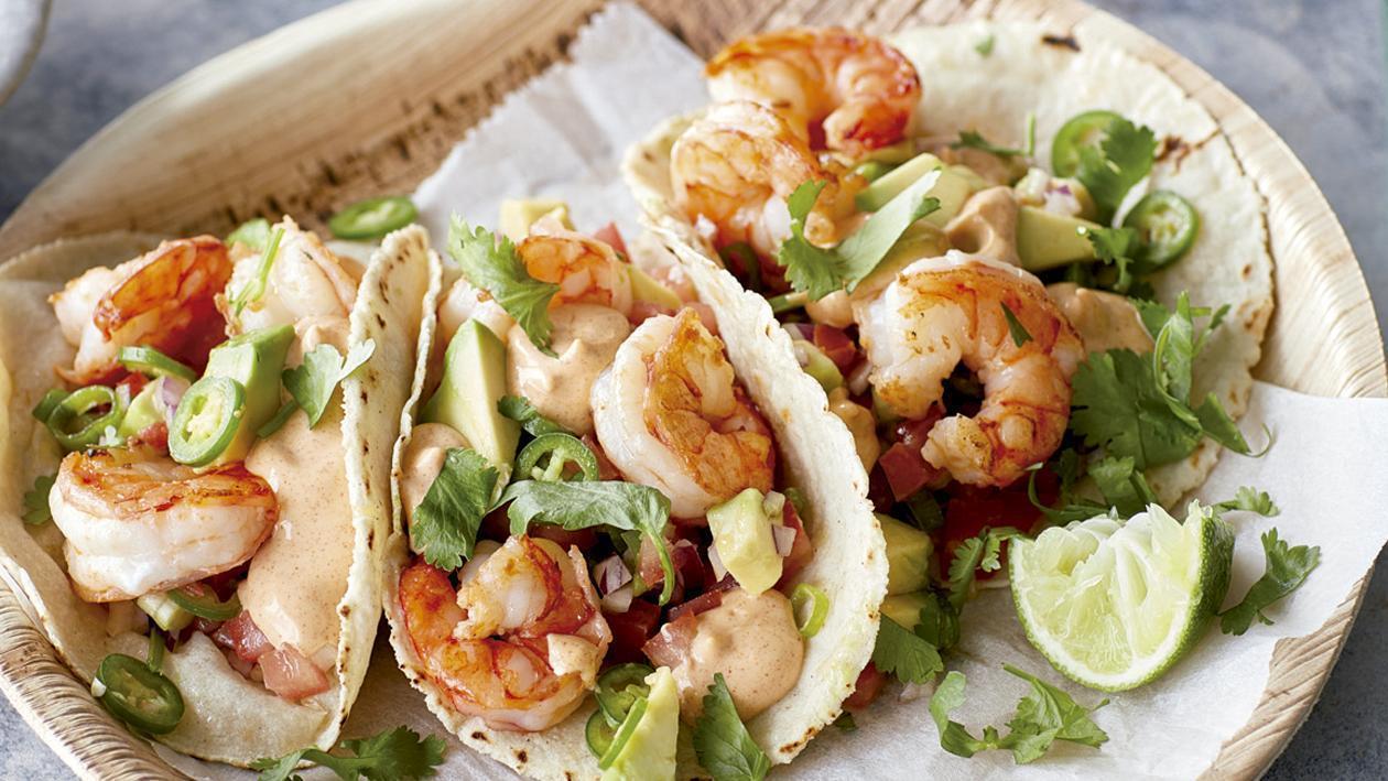 Tacos de camarón, en tortilla de papa y salsa al merkén estilo Hellmann's
