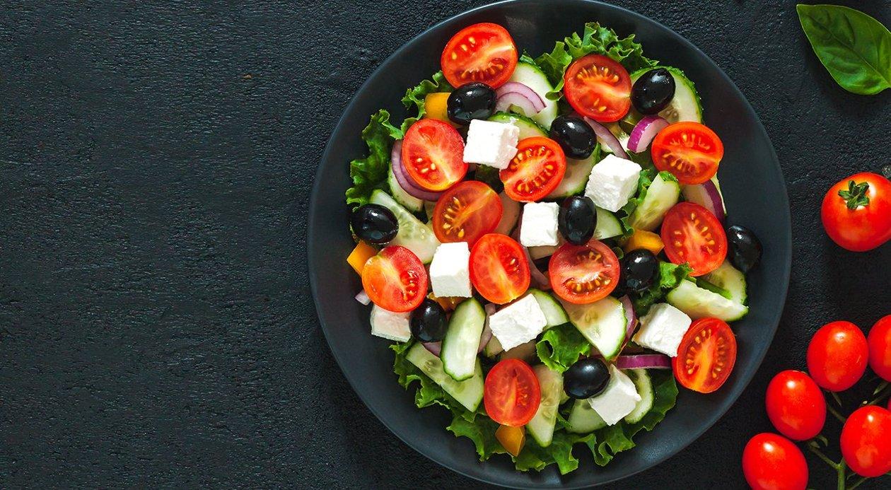 Ensalada de verduras griega.
