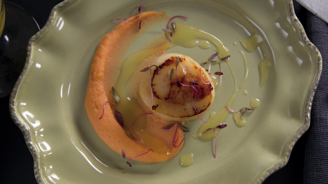 Vieiras Marinadas Con Puré de Pimiento Rojo y Salsa de Naranja