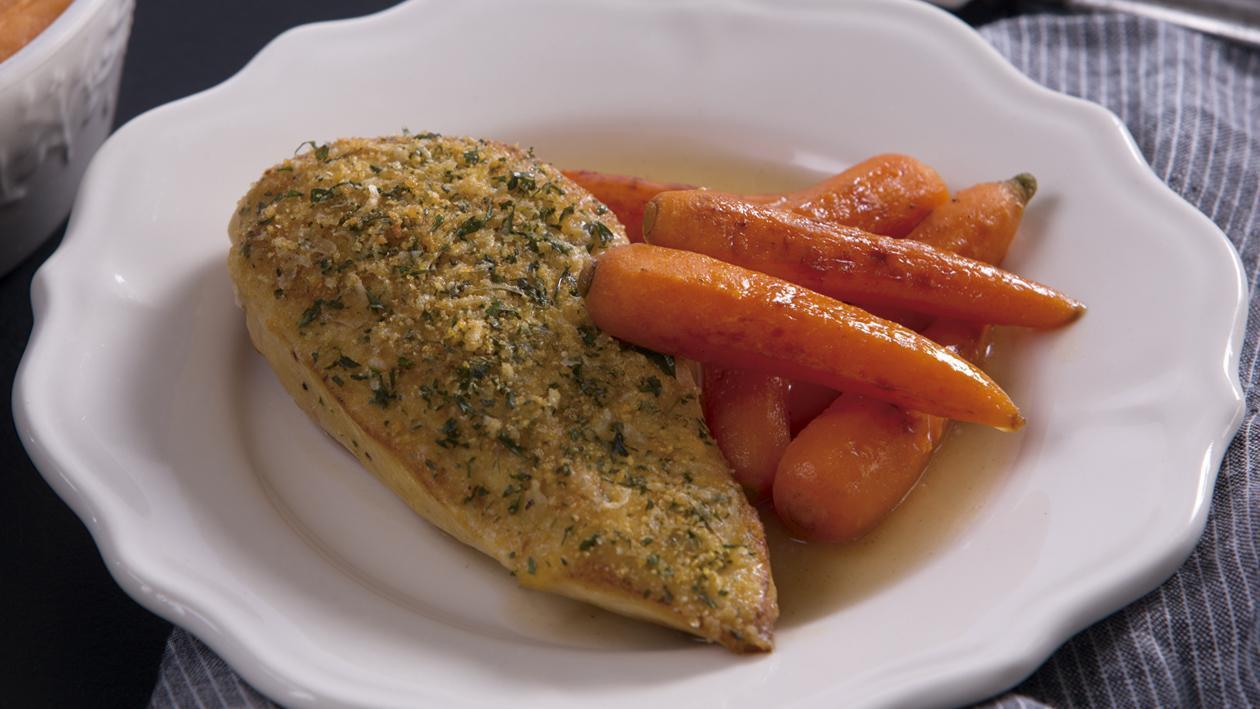Pechuga de Pollo con costra de Finas Hierbas, puré de camote y jus de pollo