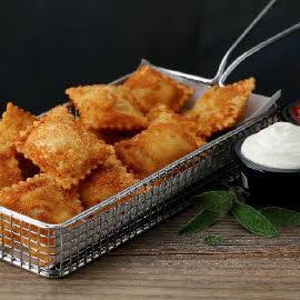 Cesta de raviolis fritos con queso crema suave y pomodoro