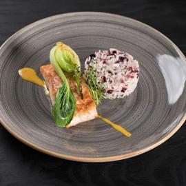 Filete de salmón con corteza de coco, pok choy rehogado en mantequilla y arroz basmati con arándanos rojos secos