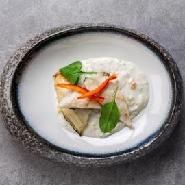 Lubina con sopa de coco y albahaca