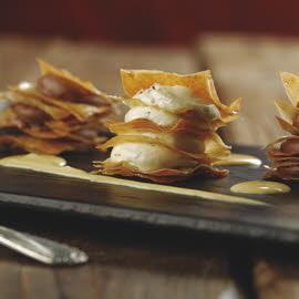 Milhojas crujientes rellenas de duo de chocolate blanco y negro