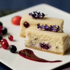 New York Cheesecake de lavanda y arándanos con salsa de frutos rojos