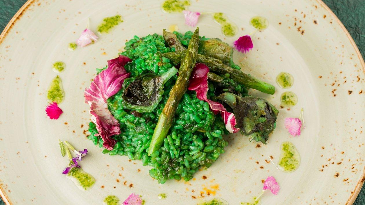 Arroz verde con coulis de pimientos tirabeques y alcachofas