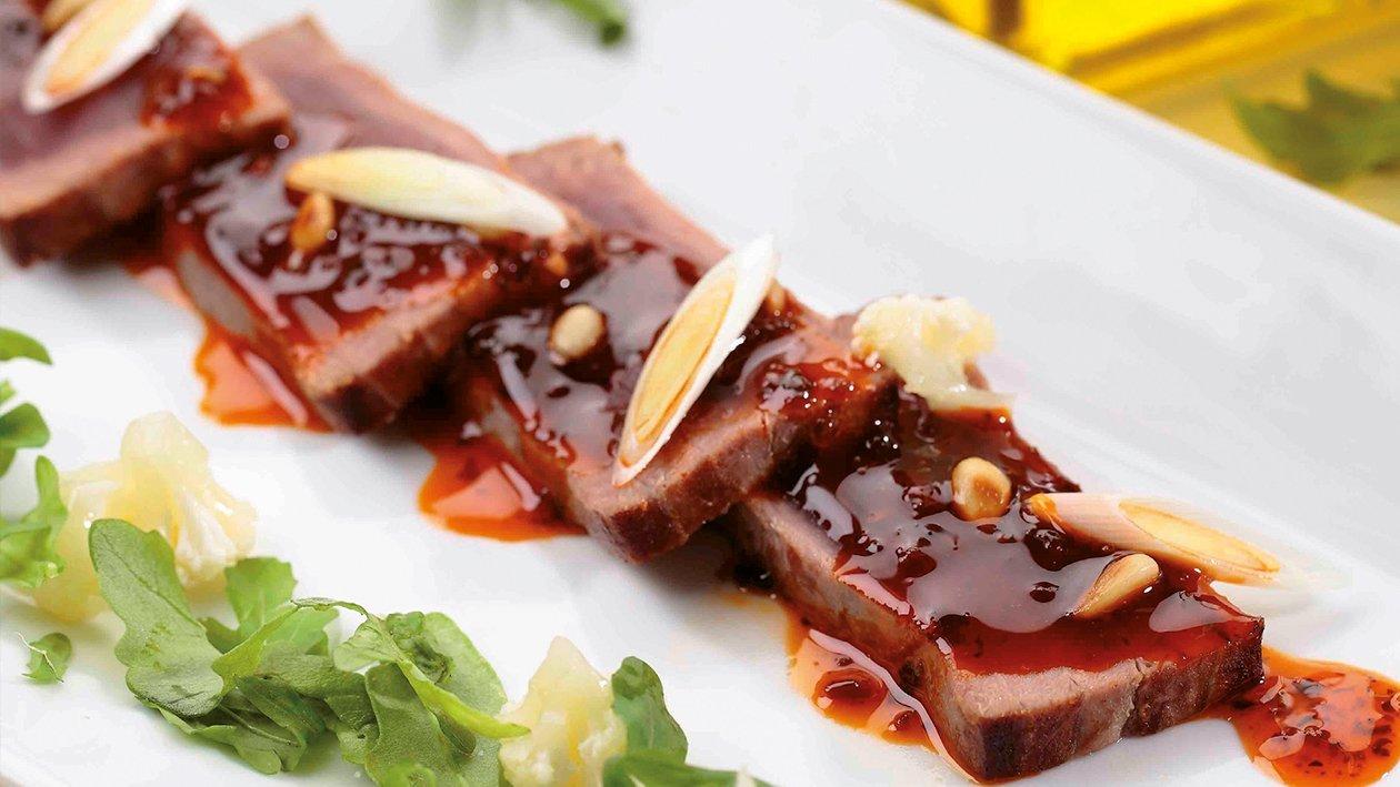 Atún marinado con pesto rojo