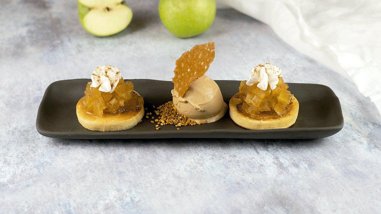 Blinis con manzana a la sidra y mousse de chantillycon helado de caramelo salado