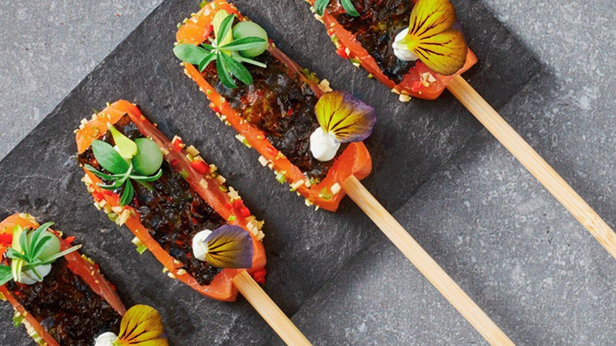 Brochetas de salmón marinado
