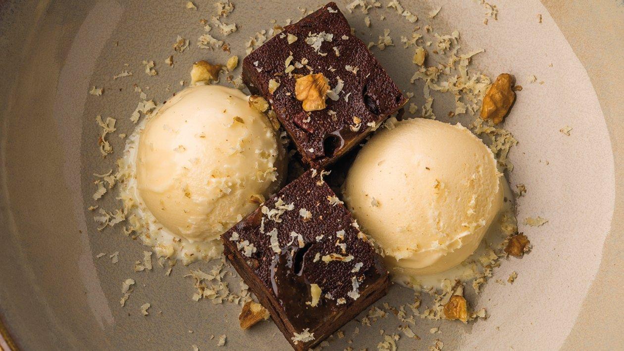 Brownie con helado de polvorón / mantecado y nueces en dos texturas
