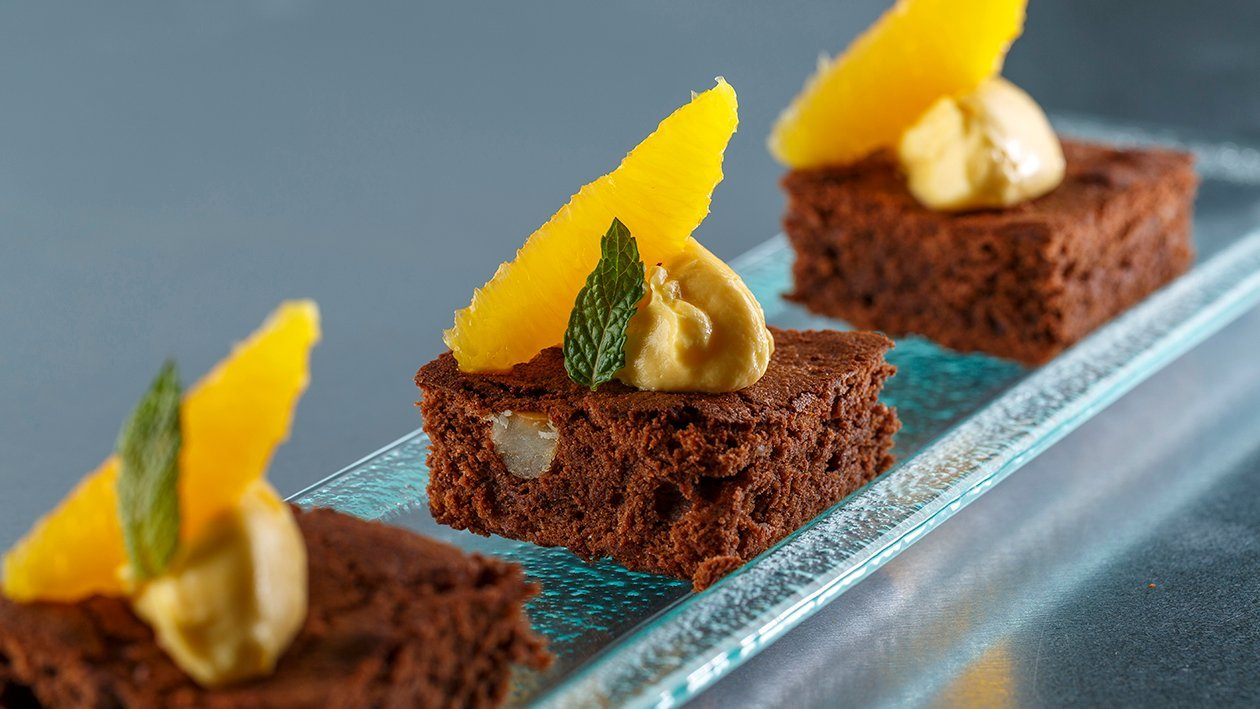 Brownie de chocolate con queso crema y Sirope de Naranja Carte d'Or