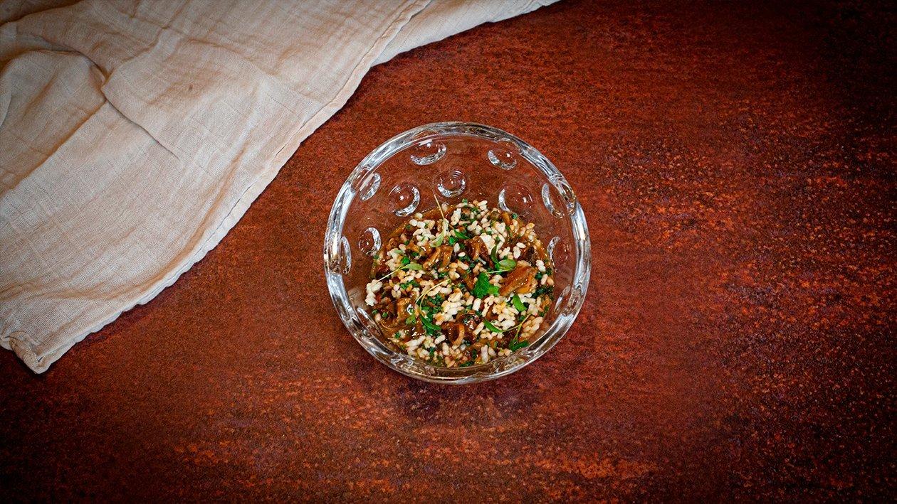 Caracoles guisados con fondo de pollo y arroz crujiente