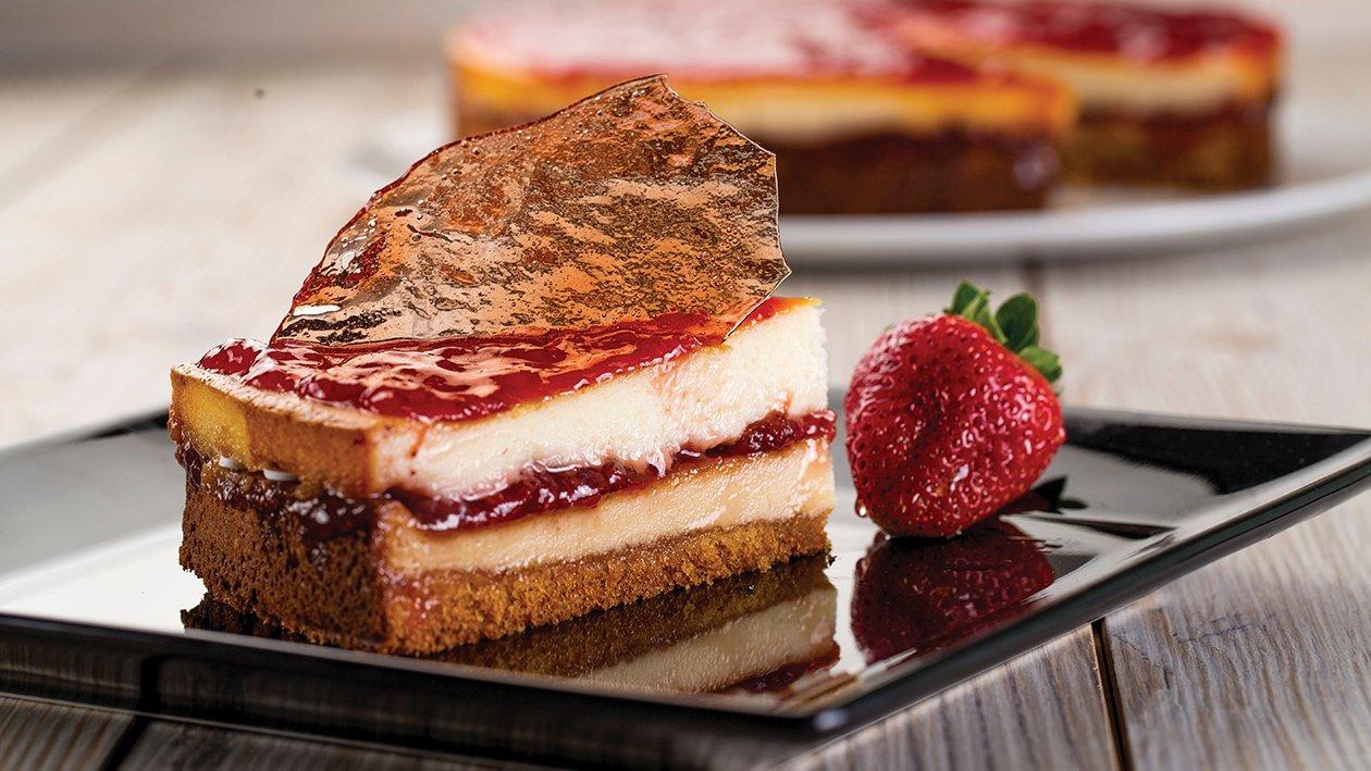 Cheesecake relleno de fresa con bizcocho y cristal de cereza
