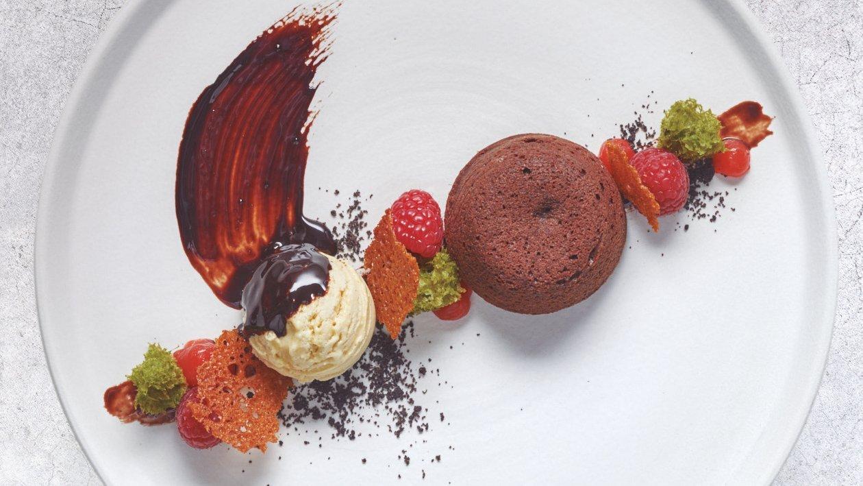 Coulant de chocolate con bizcocho de té matcha y helado de vainilla