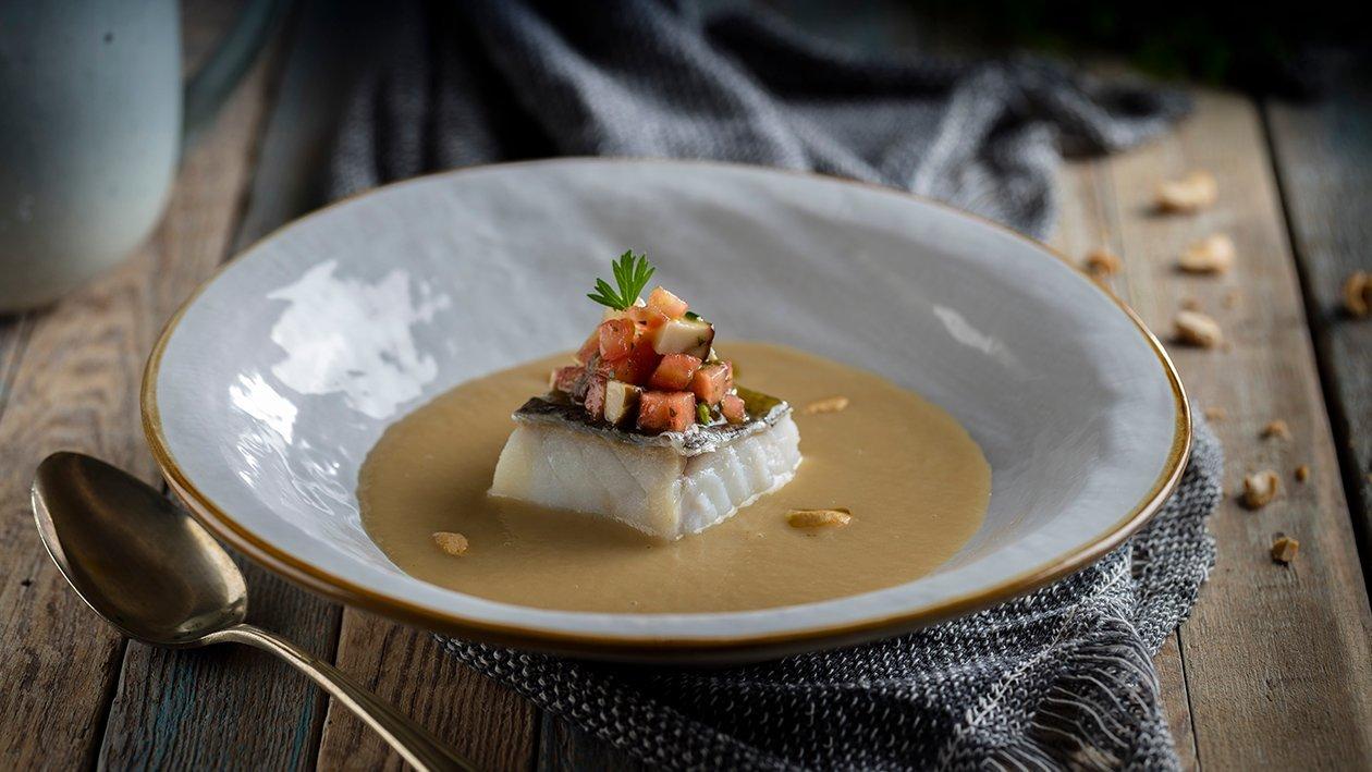 Crema templada de puerros ahumada con bacalao, hongos y tartar de tomate y albahaca