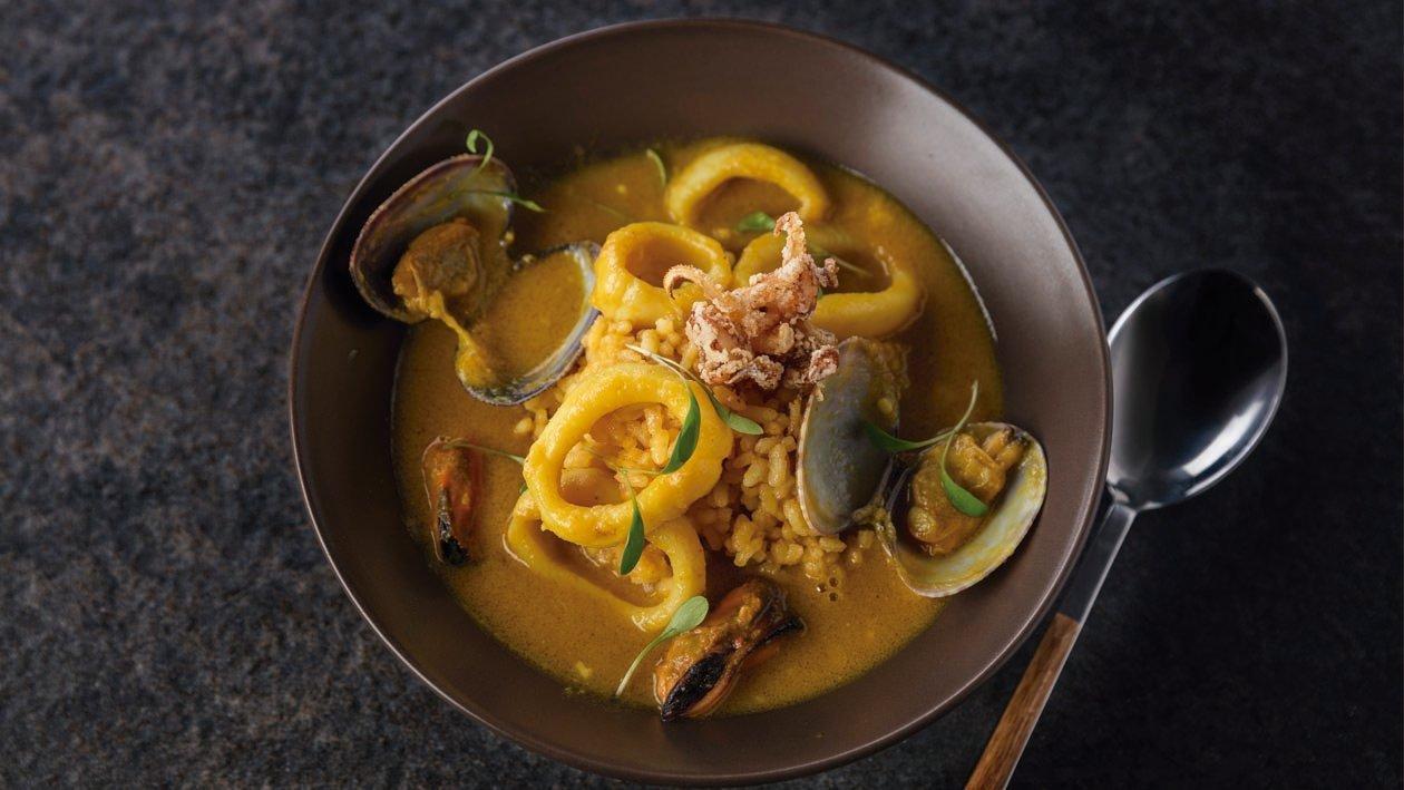Curry suave de calamares y almejas y arroz azafranado