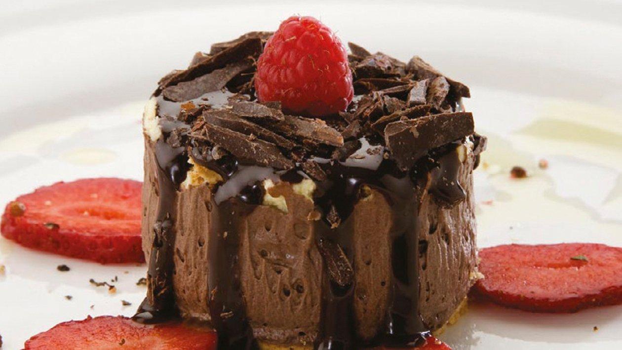 Delicia de chocolate con frutos rojos y crujiente de chocolate