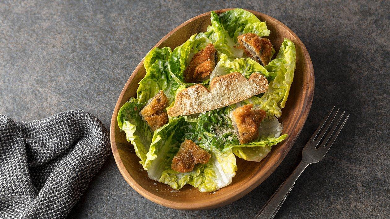 Ensalada césar vegana con champiñones crujientes y foccacia tostada