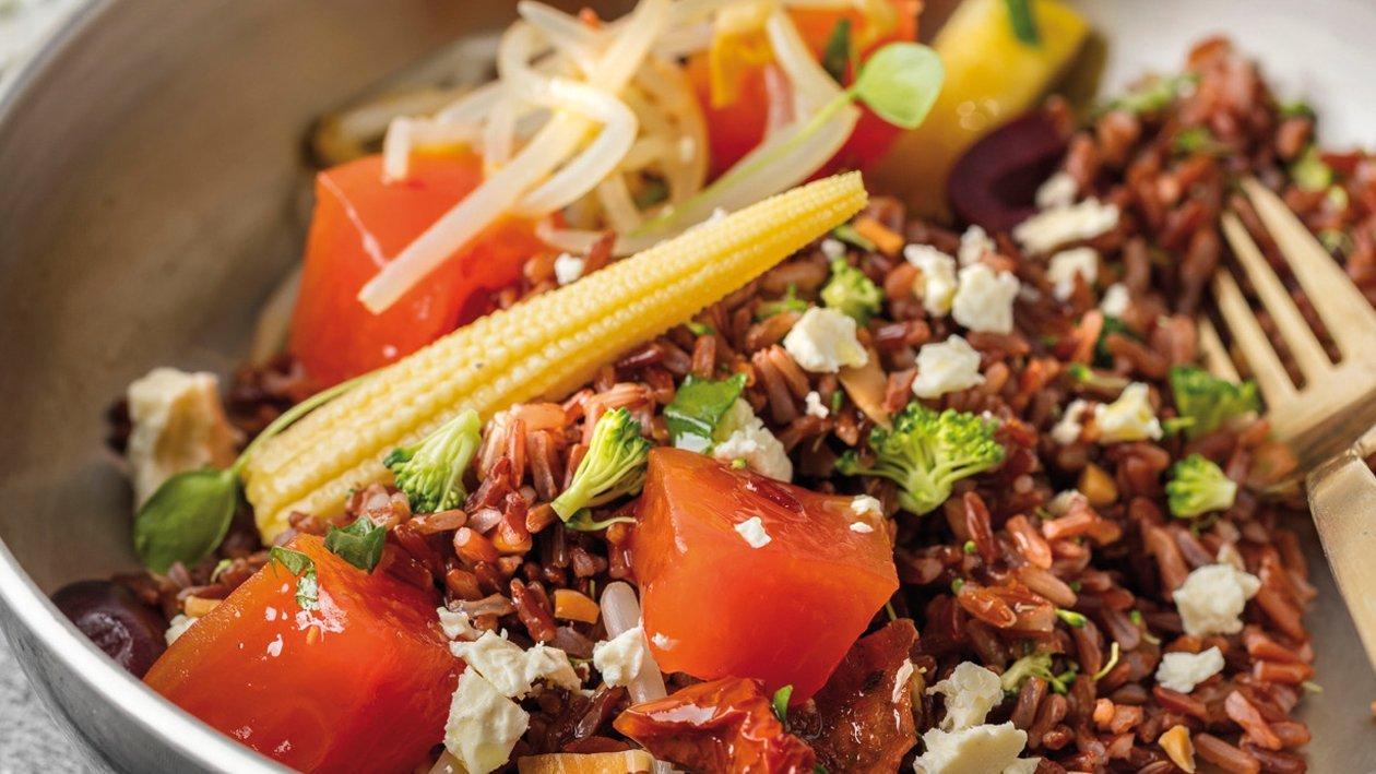 Ensalada de arroz rojo con verduritas, papaya encurtida y queso feta