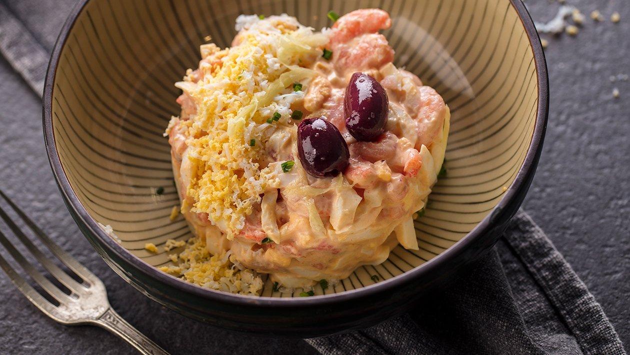 Ensalada de gambitas y oliva Kalamata con salsa rosa y escamas de sal