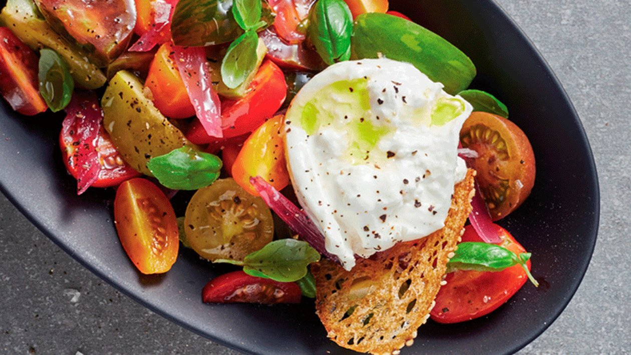Ensalada de tomate con cebolla encurtida y burrata