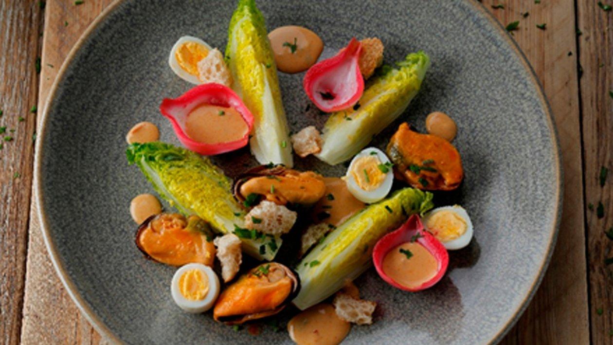 Ensalada templada con escabeche y huevos de codorniz