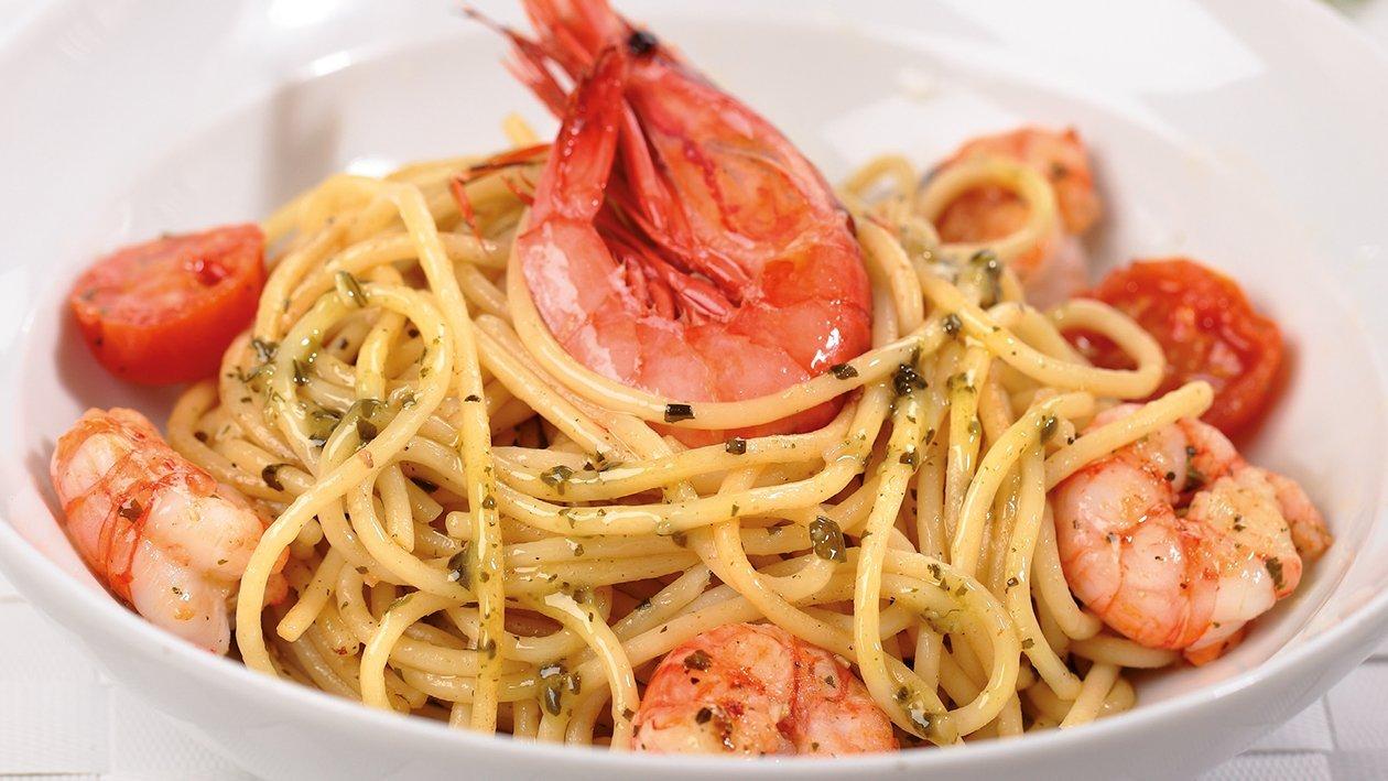 Espaguettis al pesto salteados con gamba roja