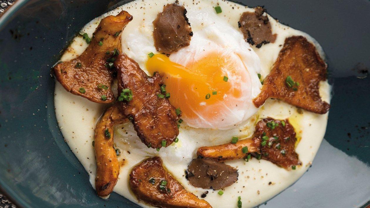 Espuma de patata con níscalos, trufa negra y huevo poché
