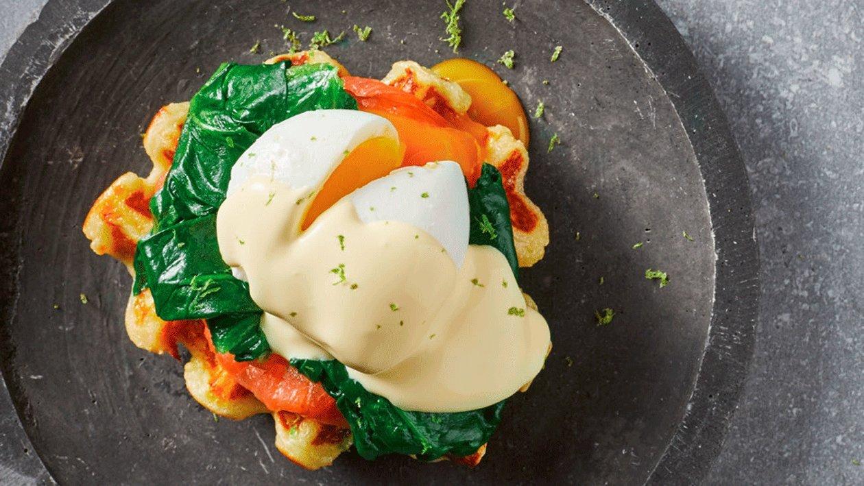 Gofre de patata con huevo escalfado, salmón ahumado y espinacas