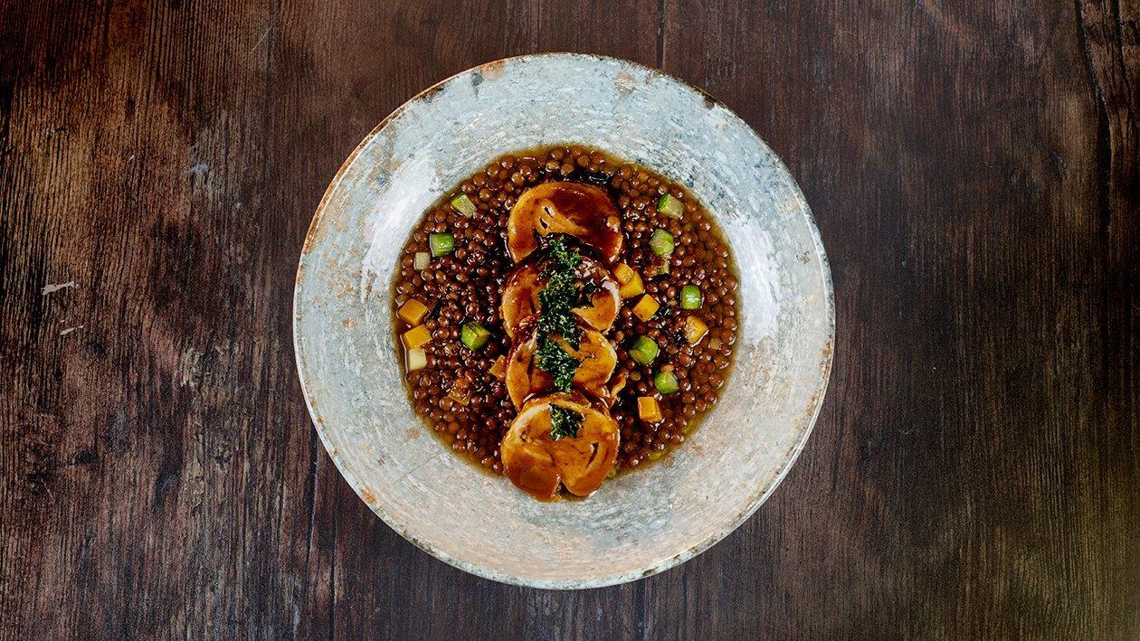 Guiso de lentejas con verduras, acompañadas de pollo marinado y asado