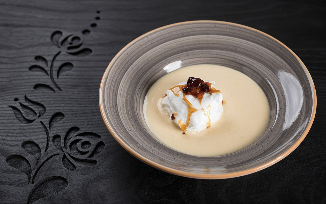 Isla flotante casera con leche de coco, frutos secos cocidos en caramelo a la canela y merengue con habas tonka