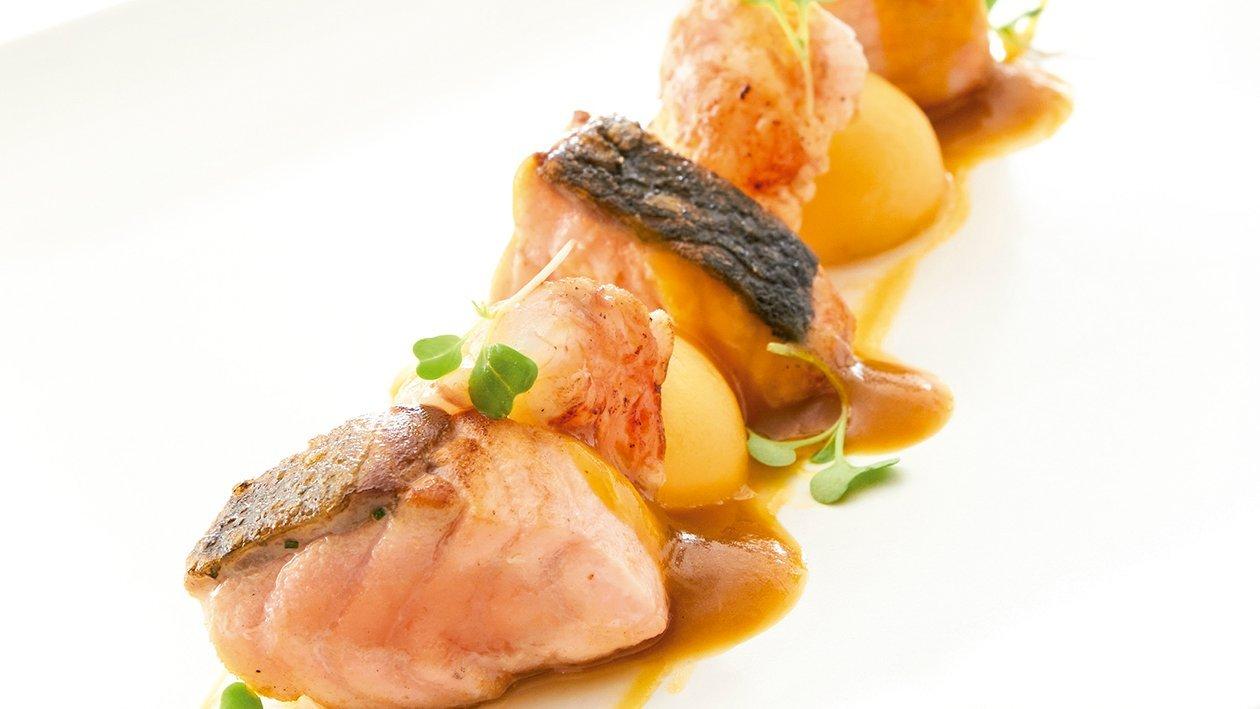 Marmitako de salmón y cigalas con fondo de marisco y bolas de patata