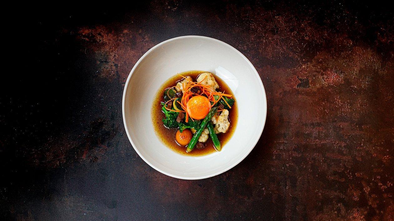 Menestra de verduras con yema de huevo y jamón
