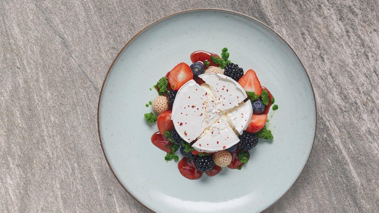 Merengue deconstruido con helado de queso manchego y frutos rojos
