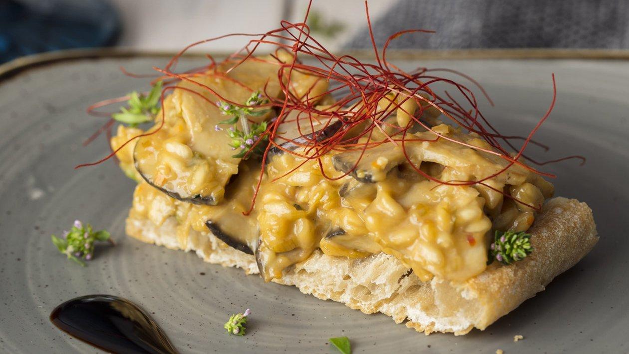 Montadito de risotto de ceps con hilos de chili y pan de cristal