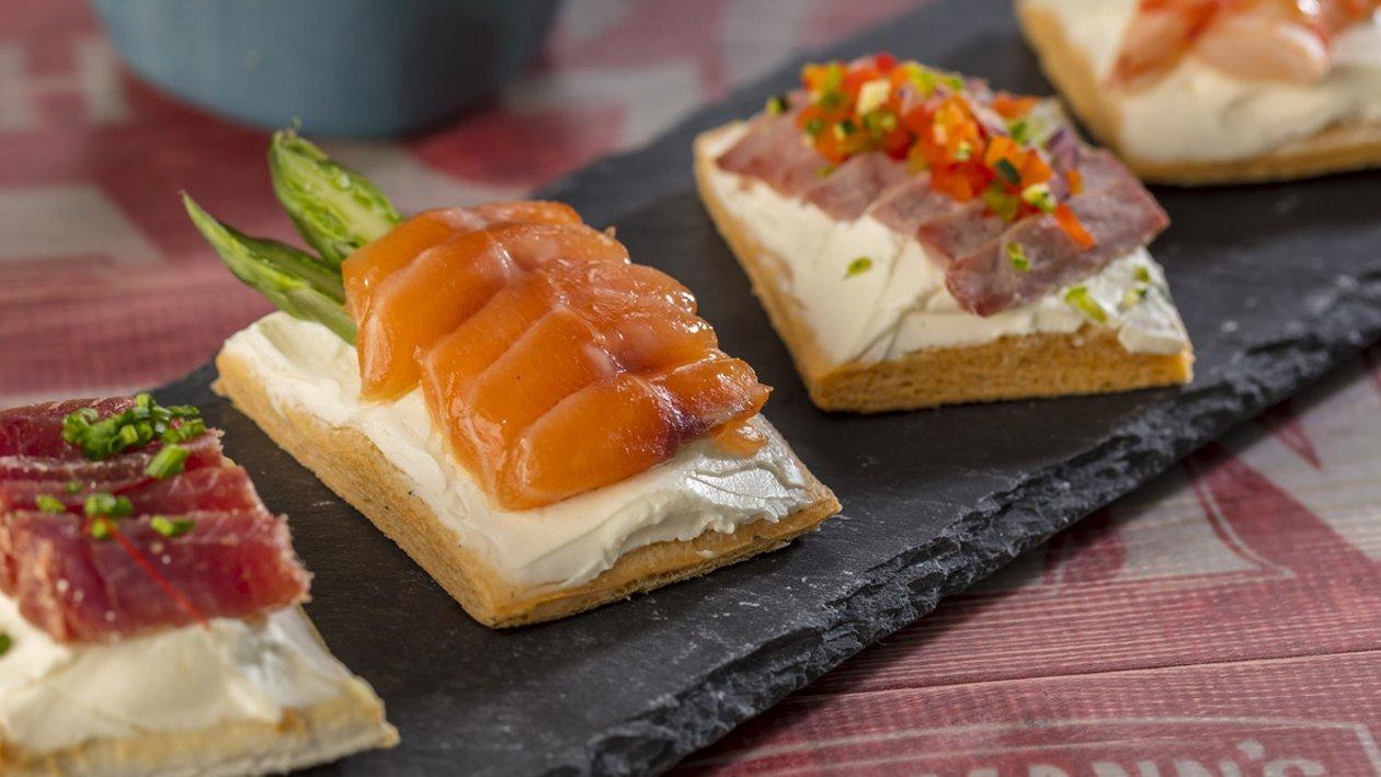 Montaditos de queso crema de salmón, gamba, mojama y bresaola