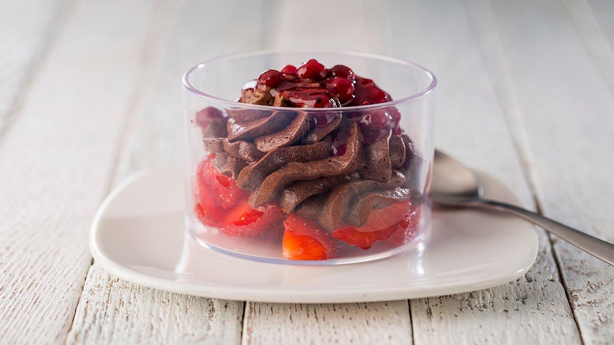 Mousse de chocolate con fresas maceradas en vinagre de Jerez