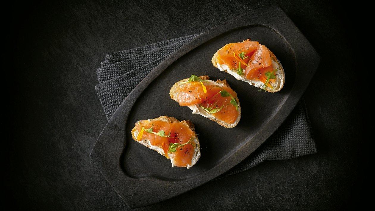 Pan de levadura con crema de queso y salmón ahumado