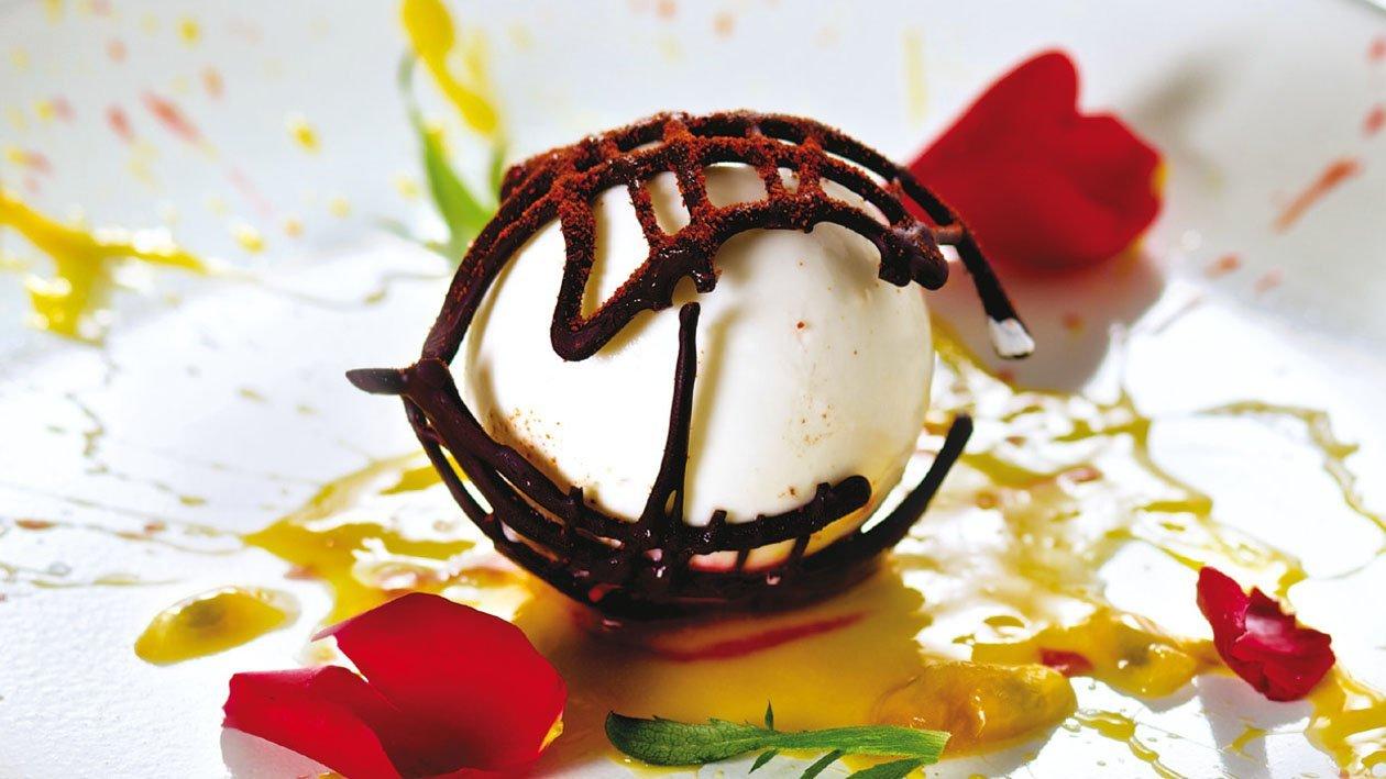 Panna cotta a base de guindilla y chocolate crujiente sobre puré de fruta de la pasión