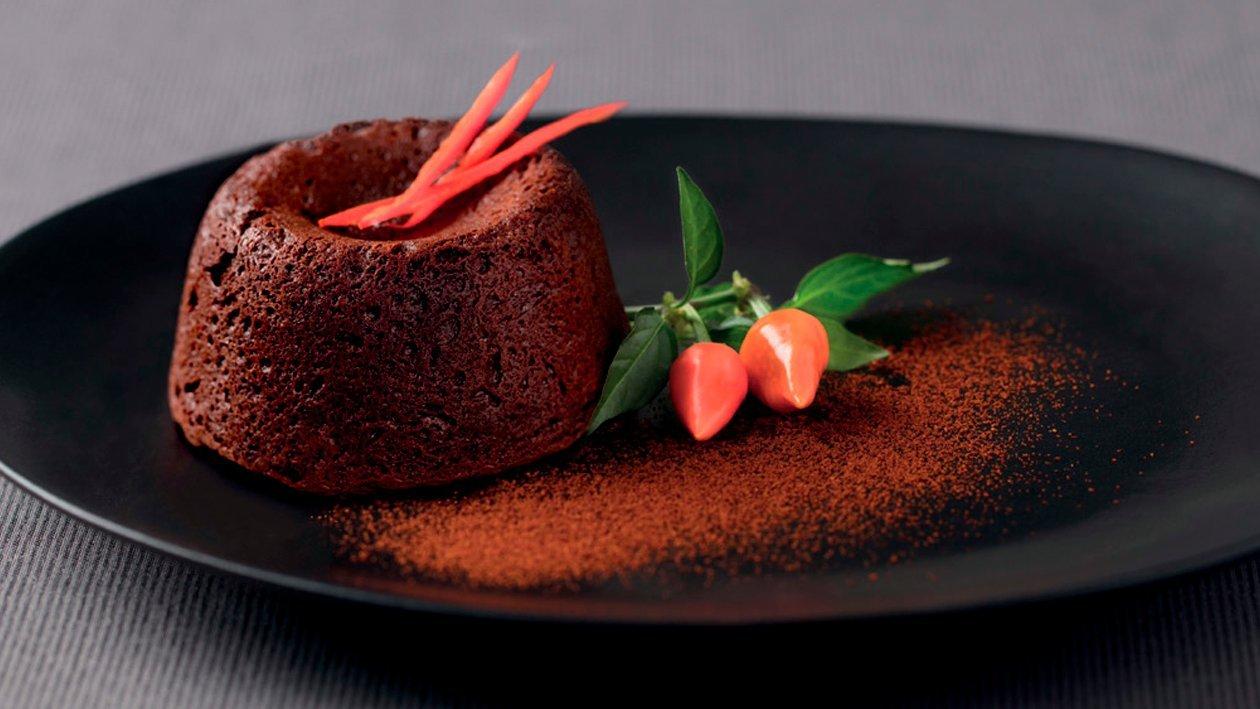 Pastel de chocolate y cayena con corazón cremoso de cereza