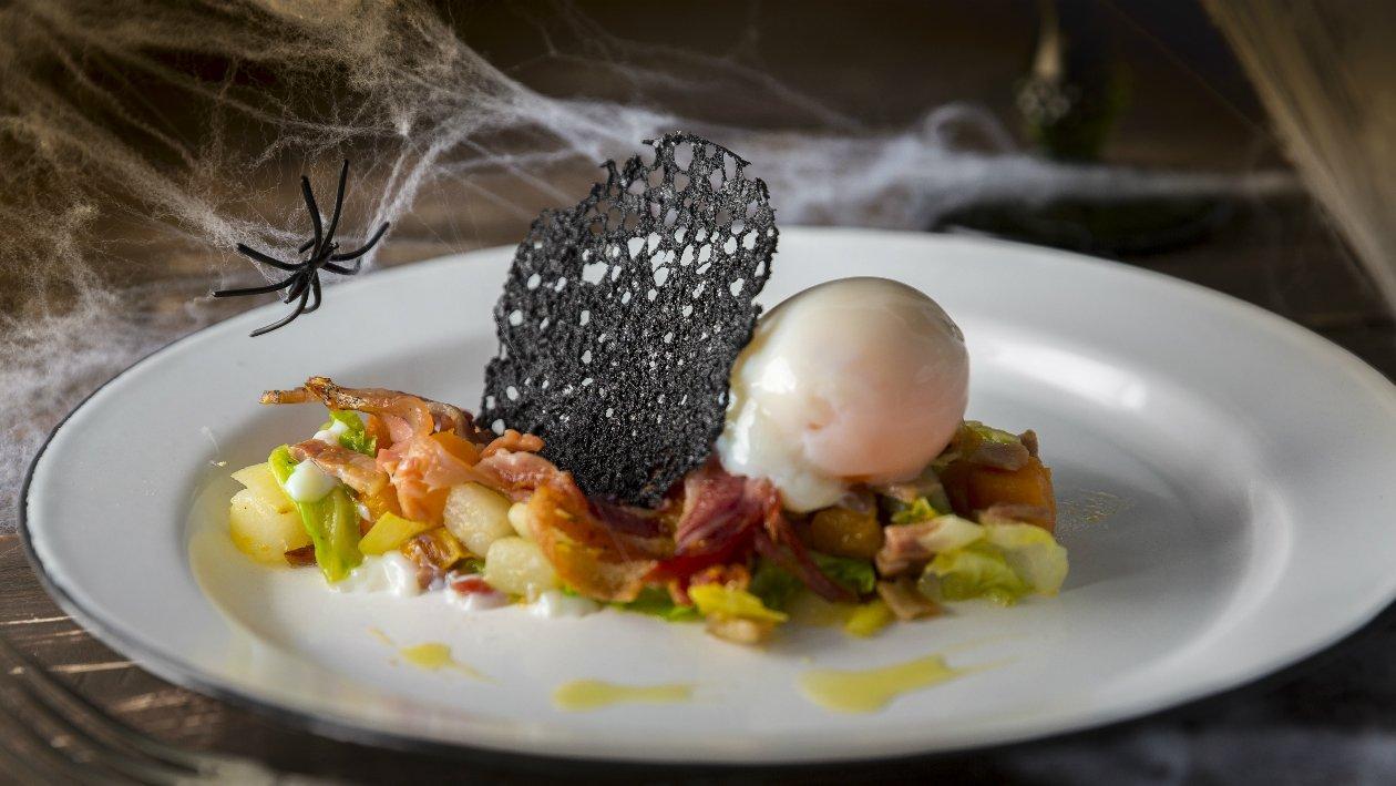 Pastel de puerro y patata, huevo a baja temperatura y telaraña negra