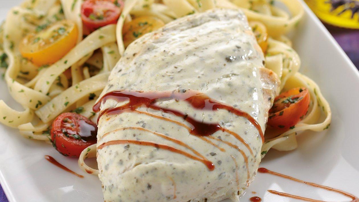 Pechuga marinada con yogur y finas hierbas en ensalada