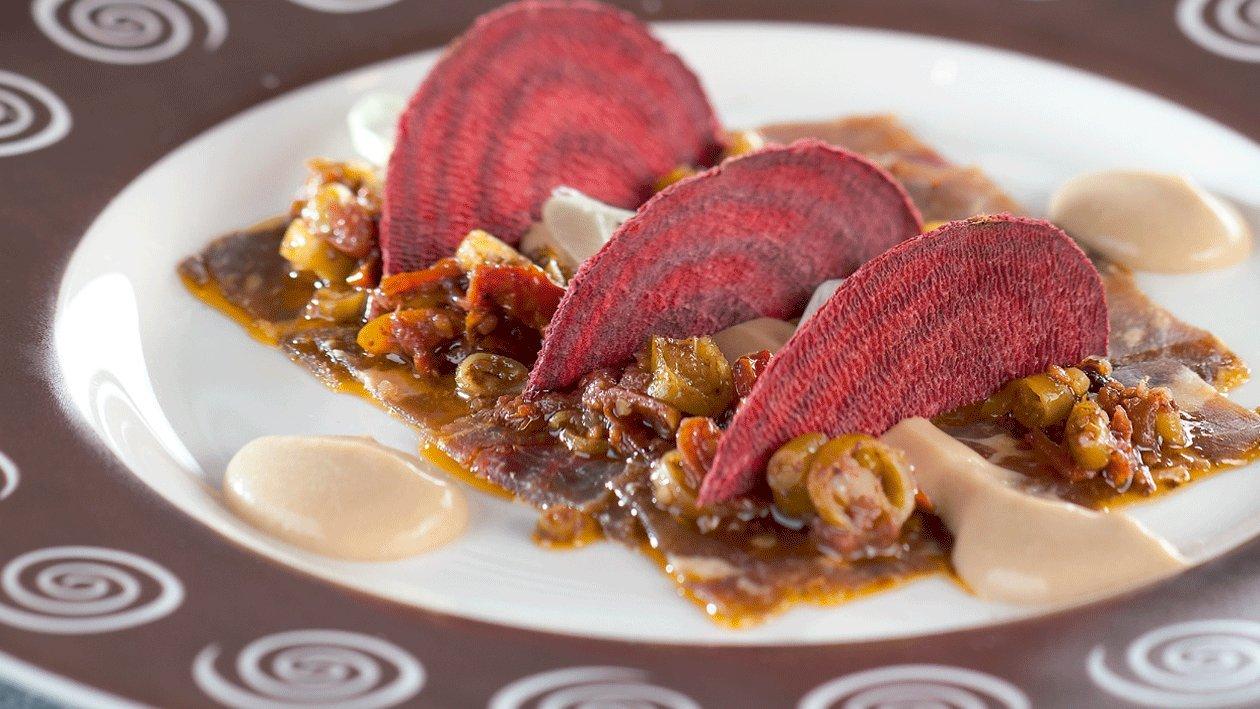 Roast beef con demiglace de parmesano y vinagreta de tomate, piparras y aceituna negra