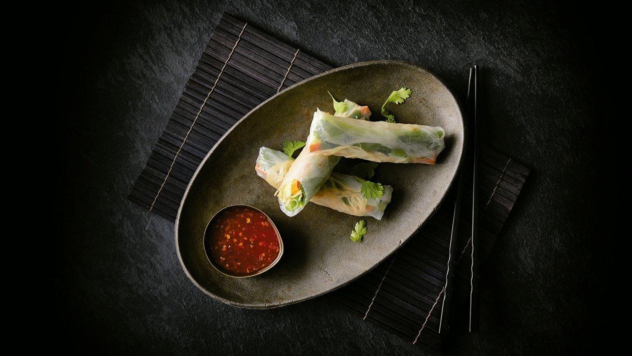 Rollo de primavera vietnamita con fideos de arroz y verduras