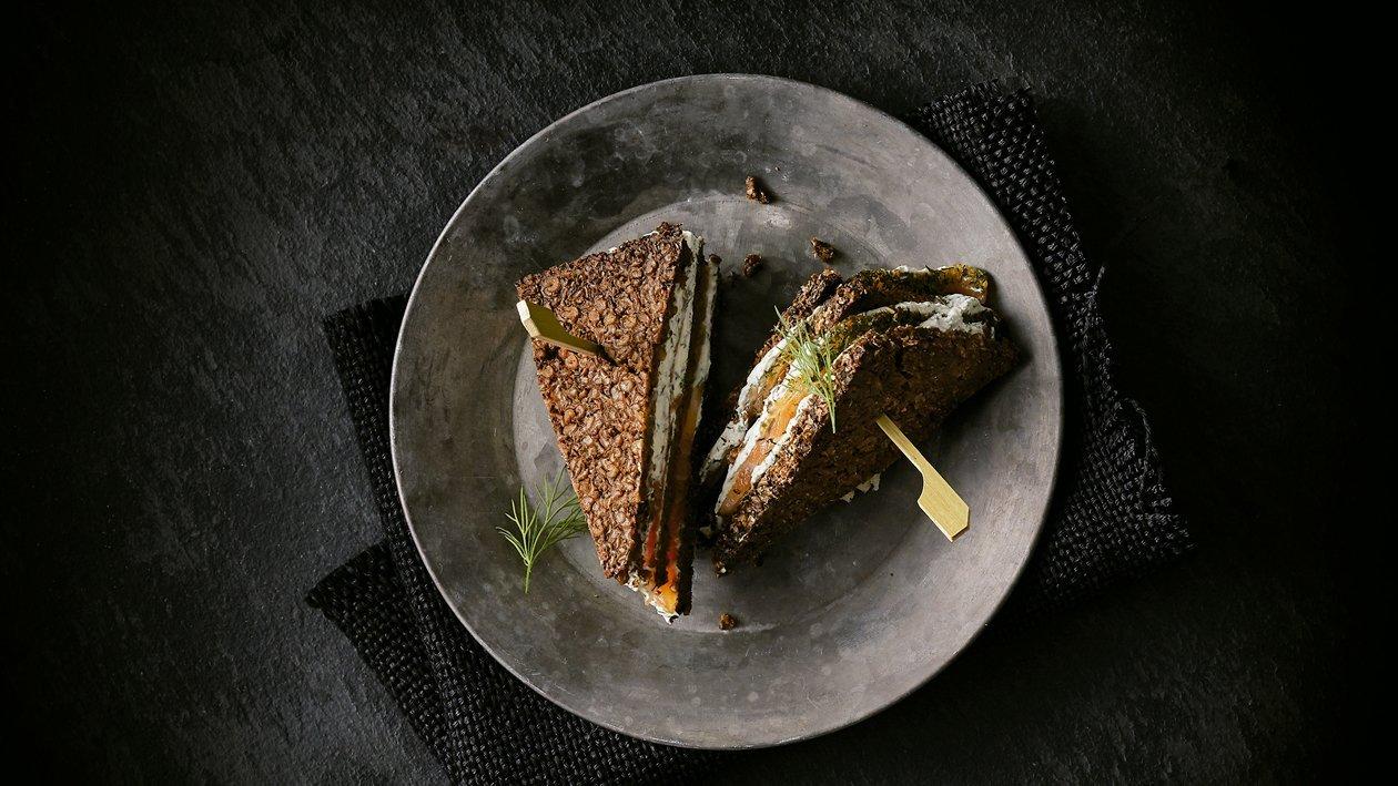 Salmón marinado con pan de centeno y eneldo